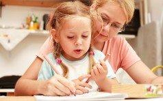 Особенности воспитания ребенка дошкольного возраста в семье Особенности воспитания ребенка дошкольного возраста Ребенок должен воспитываться в семье – лозунг современной образовательной программы. В образовательных учреждениях, как правило, акцент делается на наполнение ребенка фактами. В то время как нравственная сторона остается за пределами программы. Да и научить ребенка учится, тоже должна семья: привить ему любознательность и любопытство. Воспитание ребенка это увлекательный и удивительно интересный процесс. Дошколенок впитывает знания как губка. Его мир, ограниченный мамой, папой и двором наполняется разными интересными вещами, и только от родителей зависит, какие навыки, и установки будут заложены в ребенка. Особенности воспитания ребенка дошкольного возраста Дошкольное образование – фундамент, на котором будет строиться вся дальнейшая жизнь ребенка. Им не стоит пренебрегать. Установки, заложенные в детстве, останутся на всю жизнь. В дошкольном возрасте развивается характер, привычки, фобии. Устанавливаются морально – этические ценности. Развивается чувство прекрасного. Закладываются основные нравственные принципы. В этот период важно окружить ребенка заботой, любовью и подходящими для подражания примерами. Дошкольный возраст – это когда? На самом деле развитие ребенка начинается с первых дней его жизни. Дошкольником принято считать ребенка до 7и лет. В этот период формируется мироощущение ребенка. Важно дать ему возможность всесторонне развиваться и познавать окружающий мир. Особенности воспитания детей дошкольного возраста Основным способом восприятия мира для дошколенка является подражание. Дети подражают родителям, воспитателям, героям любимых сказок, мультфильмов. Просто людям, которых видят на улице. Можно сотню раз запретить ребенку раскидывать игрушки. Но если взрослые разбрасывают свои вещи – значит и ему можно. В этот период важно следить за собственным поведением. Детский мозг считывает информацию, необходимую для познания окружающего мира. И то, 